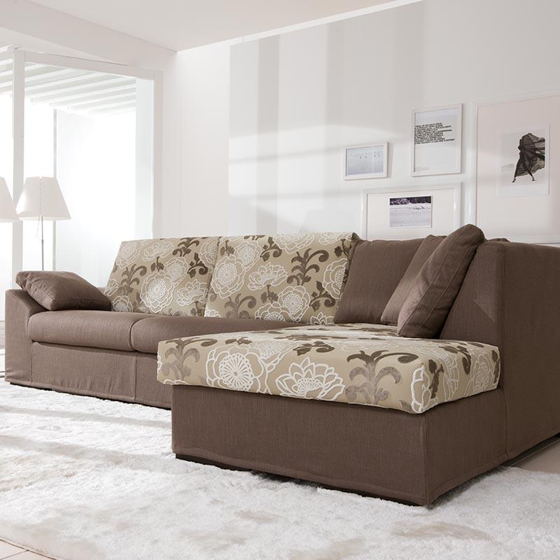 divano con fantasia floreale, sofa with floral pattern